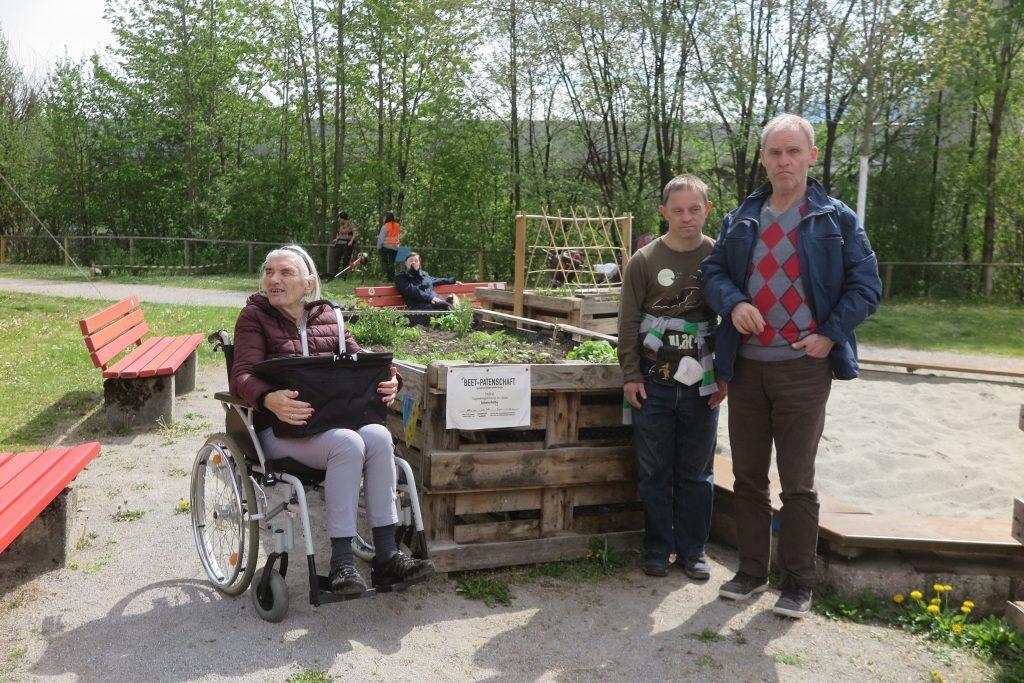 Tagesgruppe TABEA der LEbenhilfe Tirol vor einem der Hochbeete im Kaysergarten
